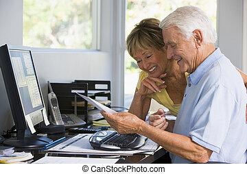 par, em, escritório lar, com, computador, e, paperwork, sorrindo