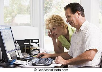 par, em, escritório lar, computador, frowning