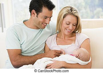 par, em, sala de estar, com, bebê, sorrindo