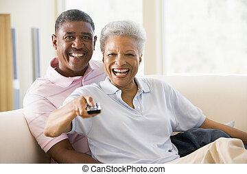 par, em, sala de estar, usando, controle remoto, sorrindo