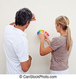 par, escolhendo uma cor, pintar, um, sala