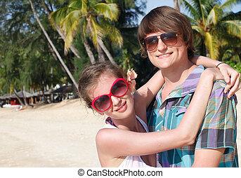 par feliz, abraçar, ligado, um, praia tropical