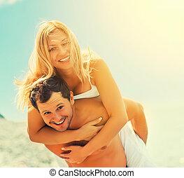 par feliz, apaixonadas, abraçando, e, rir, praia