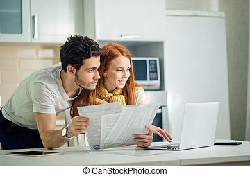 par feliz, casa, notas pagando, com, laptop