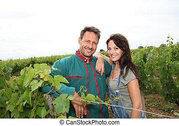 par feliz, de, winegrowers, em, vinhedo