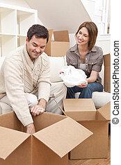 par feliz, desembrulhar, ou, embalagem, caixas, movendo casa