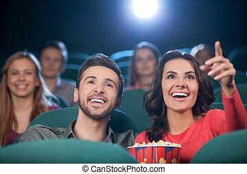 par feliz, em, a, cinema., alegre, par jovem, observando...