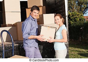 par feliz, em movimento, caixas