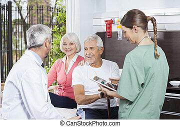 par feliz, escutar, para, doutor, enquanto, enfermeira, segurando, digital, aba