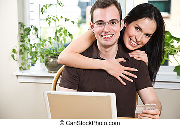 par feliz, fazendo compras online