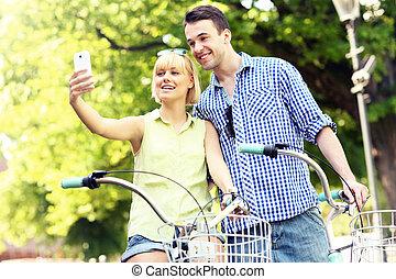 par feliz, fazendo exame retratos, de, sees, uma bicicleta