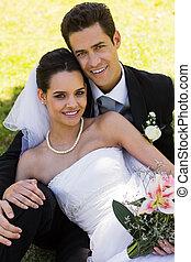 par, feliz, jovem, recém casado, sentando