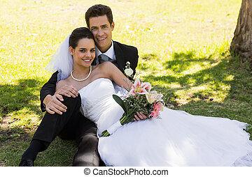 par, feliz, parque, recém casado, sentando