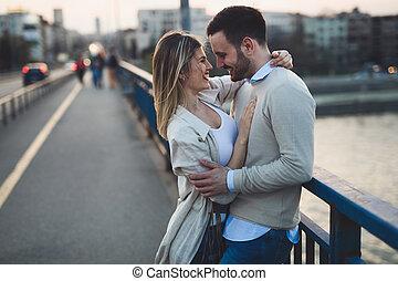 par, feliz, romanticos, abraçando, sorrindo