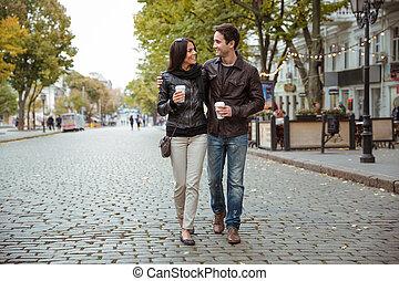 par, feliz, romanticos, ao ar livre