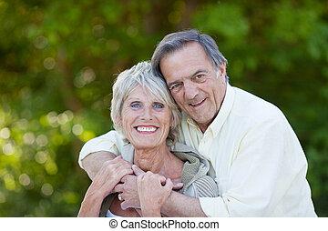 par, feliz, sênior, abraçando, sorrindo