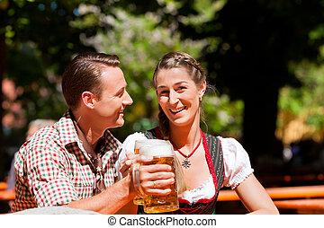 par feliz, sentando, em, jardim cerveja