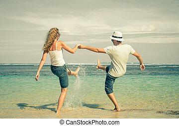 par feliz, tocando, praia, em, a, tempo dia