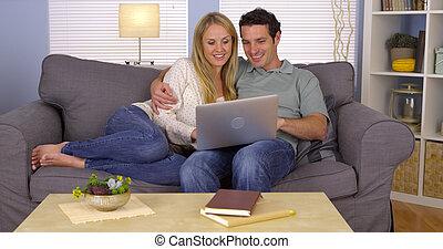 par feliz, usando computador portátil, ligado, sofá