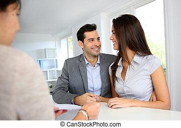 par, financeiro, jovem, contrato, assinando