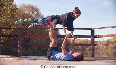 par, gör, akrobatisk, träningen, på, den, bro, i parken