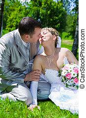 par, gräs, sitt, kyss, bröllop