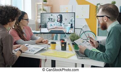 par, groupe, business, écoute, vidéo, réunion, jeune femme, gens, conférence