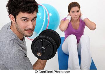 par, gymnastiksal, exercerande, tillsammans