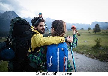 par hiking, jovem, tendo, seu, divertimento, retrato, viagem, feliz
