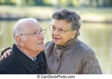 par, idoso, abraçar