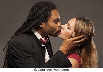Svarta lesbiska kyssas i sängen