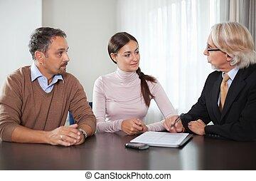 par, ind, møde, hos, en, finansiel planlægger