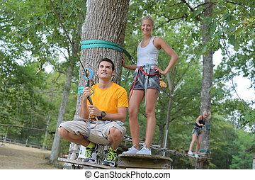 par, jovem, árvores, divertimento, escalando, tendo