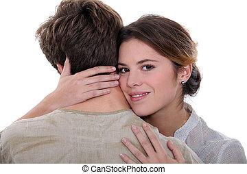 par jovem, abraçando