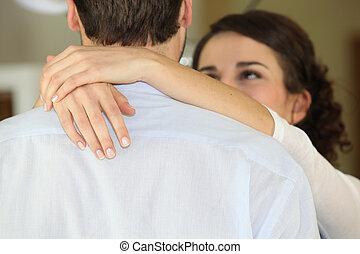 par, jovem, abraçando