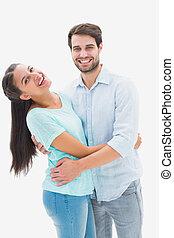 par, jovem, abraçando, câmera, atraente, sorrindo