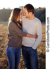 par, jovem, abraçando, outono
