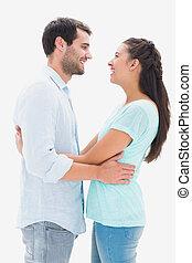 par, jovem, abraçando, outro, atraente, cada