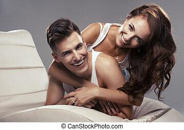 par, jovem, abraçando, outro, cada, feliz