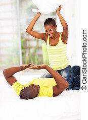 par jovem, africano, combate travesseiro