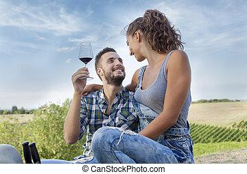 par jovem, agricultores, brindes, em, seu, vinhedo