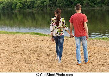 par jovem, andar, a, borda, de, a, lago