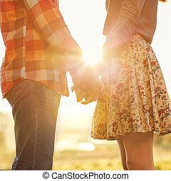 par jovem, apaixonadas, andar, em, a, outono, mãos...