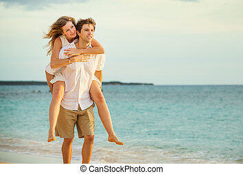 par jovem, apaixonadas, andar, praia, em, pôr do sol