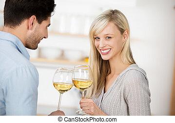 par jovem, bebendo, vinho branco