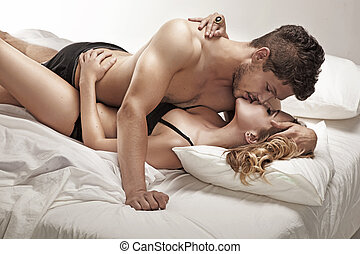 par jovem, beijando