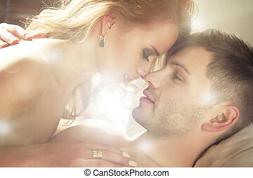 par, jovem, beijando, bed., tocando, excitado