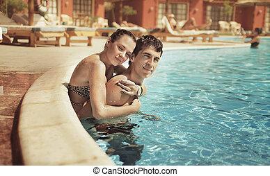 par jovem, beijando, em, um, piscina
