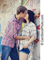 par jovem, beijando, perto, graffiti, experiência.