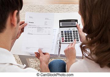 par jovem, calculando, orçamento